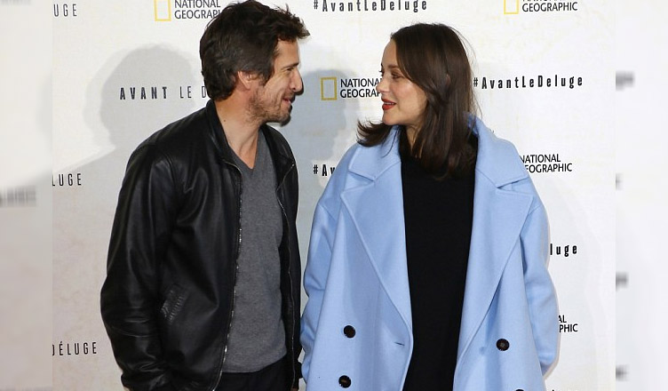 Беременная Марион Котийяр с мужем посетила вечеринку в Париже