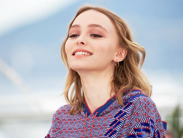 Новая коллекция от Chanel представлена Лили-Роуз Депп