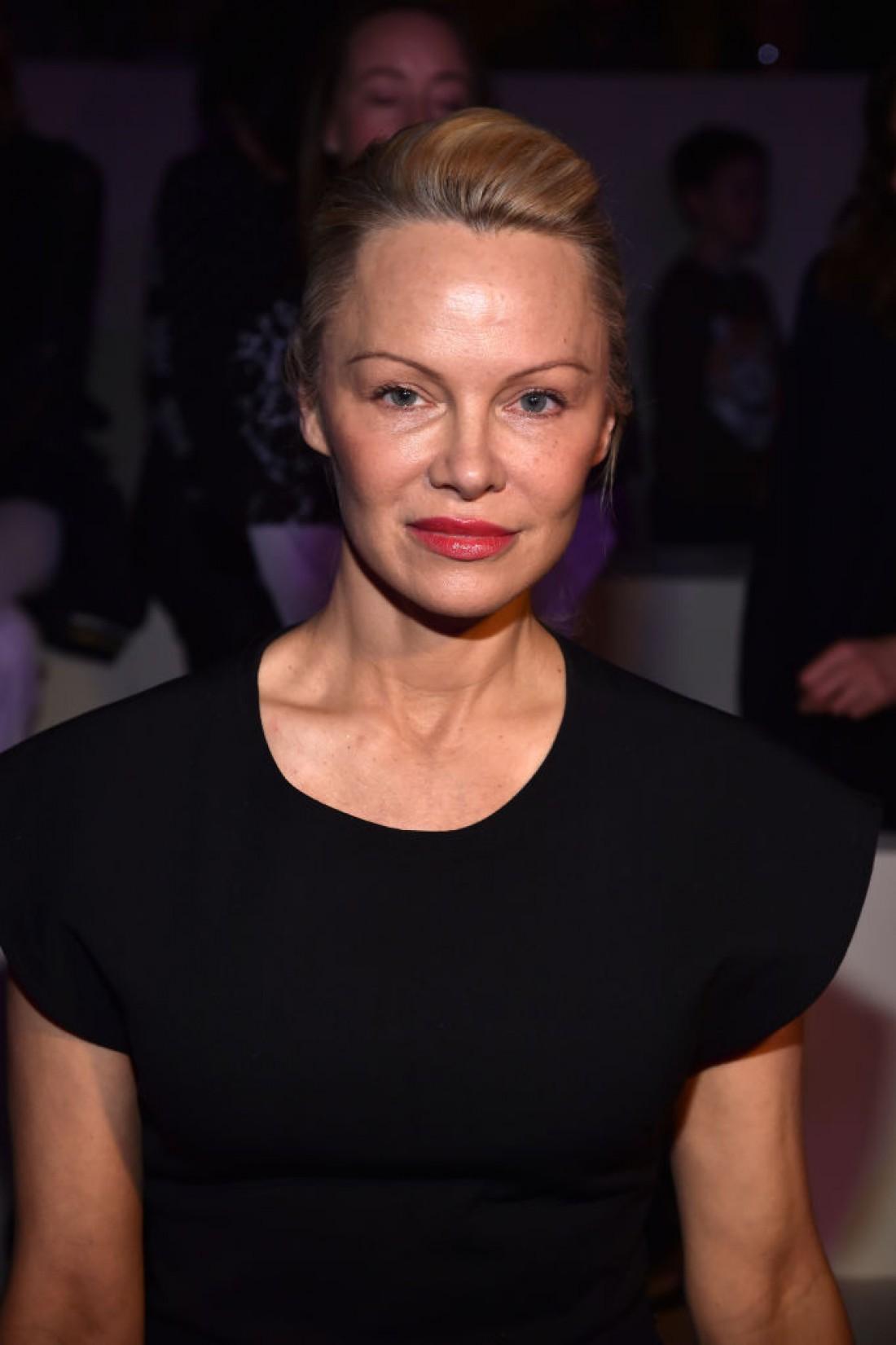 На парижском показе мод Памела Андерсон появилась без макияжа